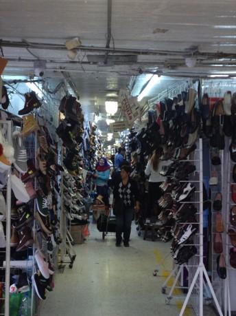 d2ed5958f Son locales donde dan satisfacción a todo tipo de extravagancias en materia  de calzado. Además de los productos en existencia los vendedores fabrican  ...